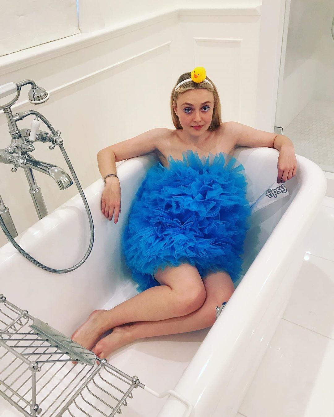 Dakota Fanning de esponja para el baño