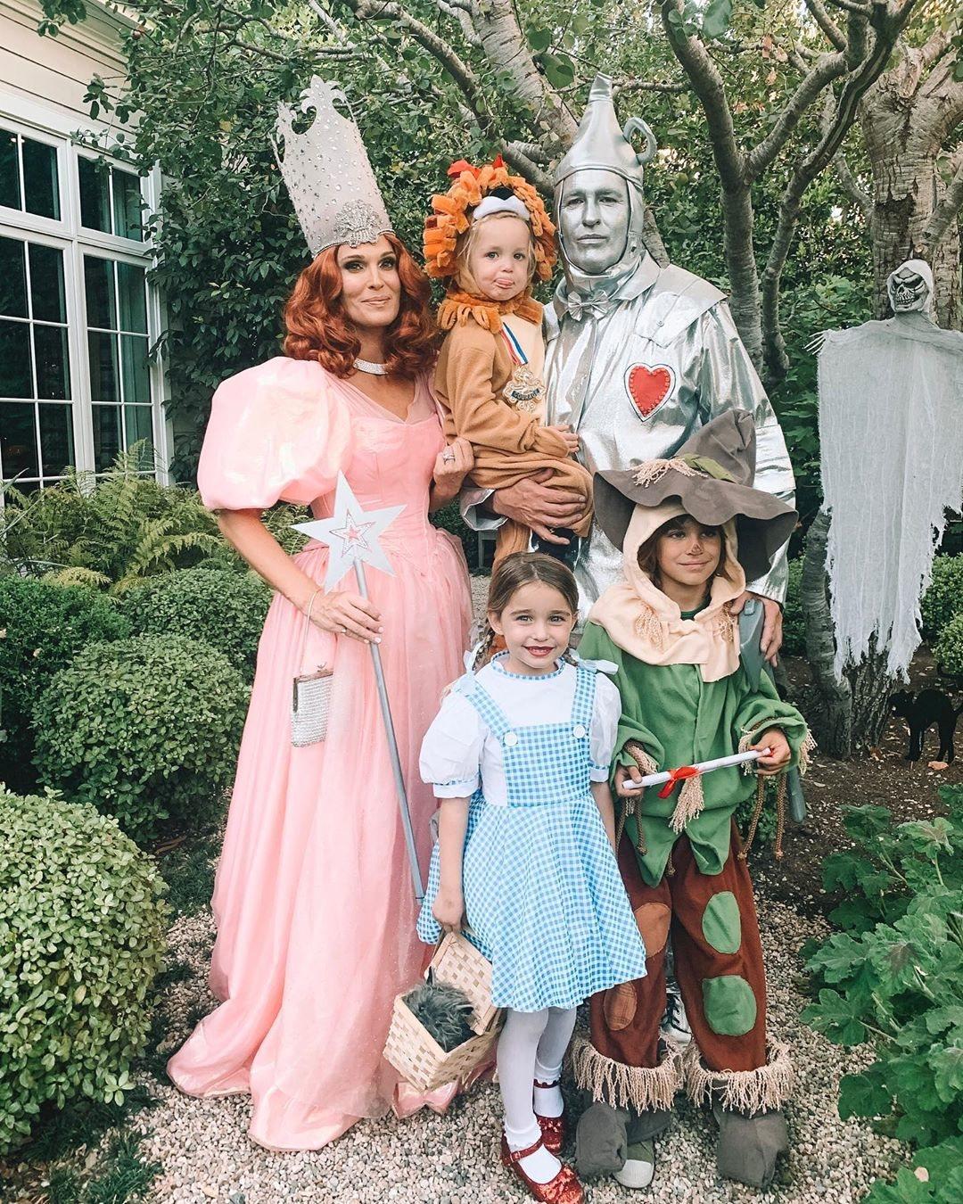 Molly Sims y su familia de los personajes de la película 'El mago de Oz'