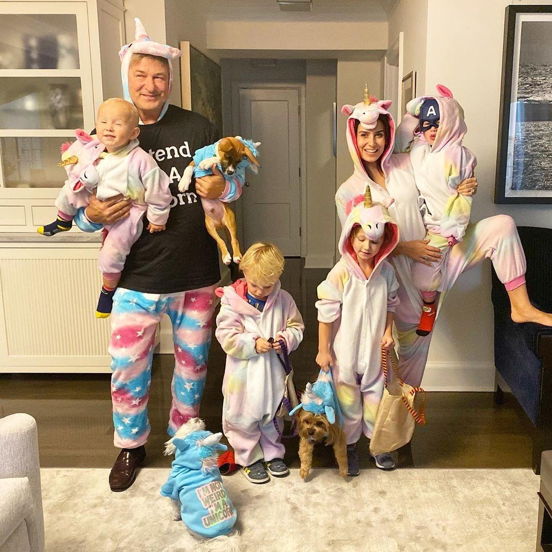 Alec e Hilaria Baldwin junto a sus hijos de unicornios
