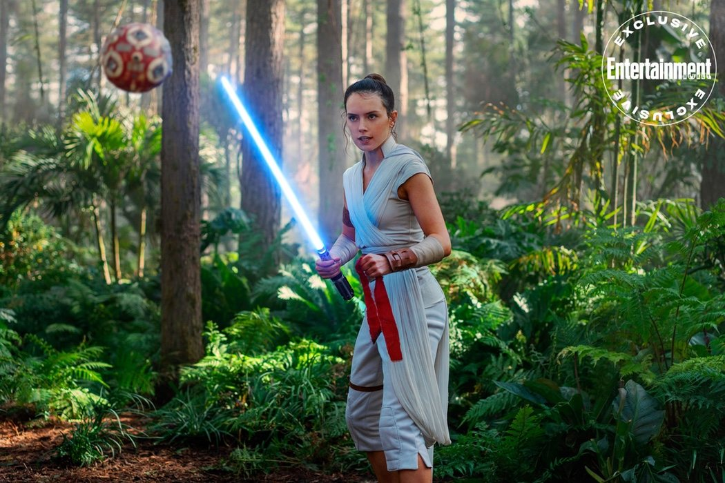 Rey (Daisy Ridley) entrenando con su sable láser