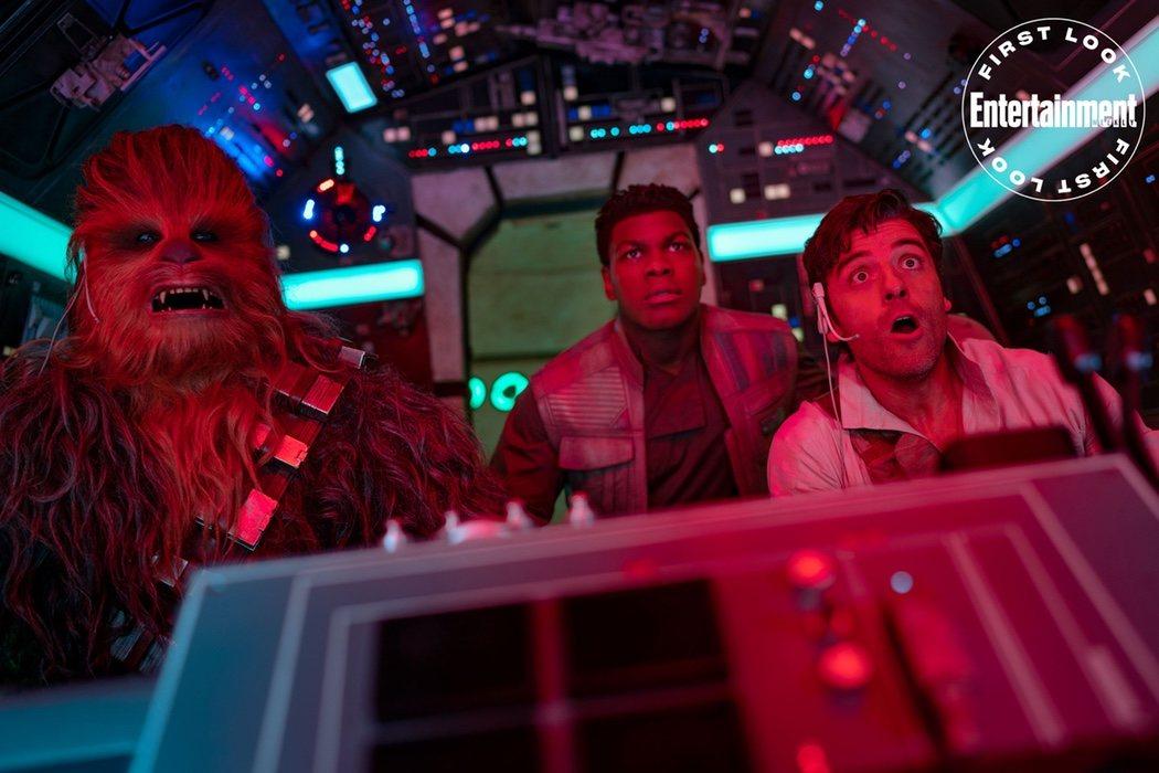 Poe (Oscar Isaac) a los mandos de el Halcón Milenario con Chewbacca y Finn (John Boyega)