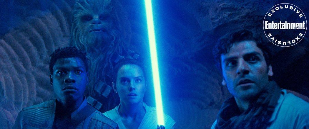 Rey (Daisy Ridley), Poe (Oscar Isaac), Finn (John Boyega) y Chewbacca ante el peligro.