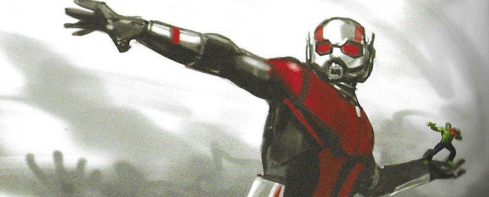 Ant-Man gigante preparado para lanzar a Hulk, que está preparado para lanzar a Spiderman