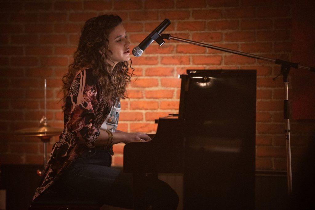 Dinah (Juliana Harkavy) cantando