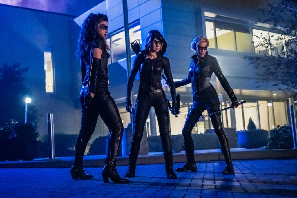 Dinah, Mia y Laurel en sus nuevos trajes