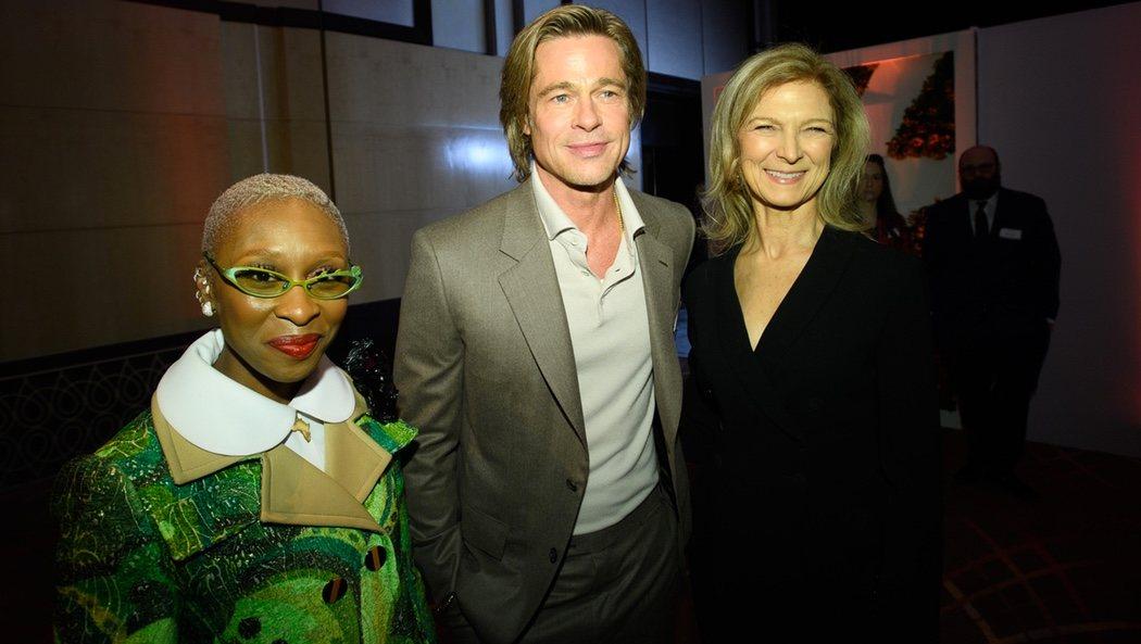 Cynthia Erivo y Brad Pitt con la CEO de la Academia Dawn Hudson