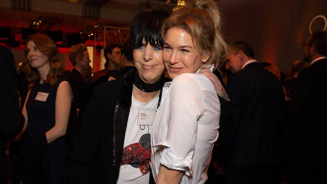 La cantante Diane Warren junto a Renée Zellweger