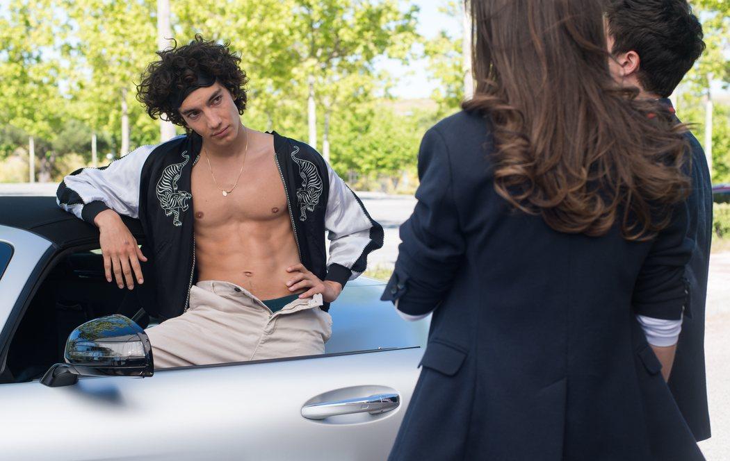 Valerio con el torso desnudo