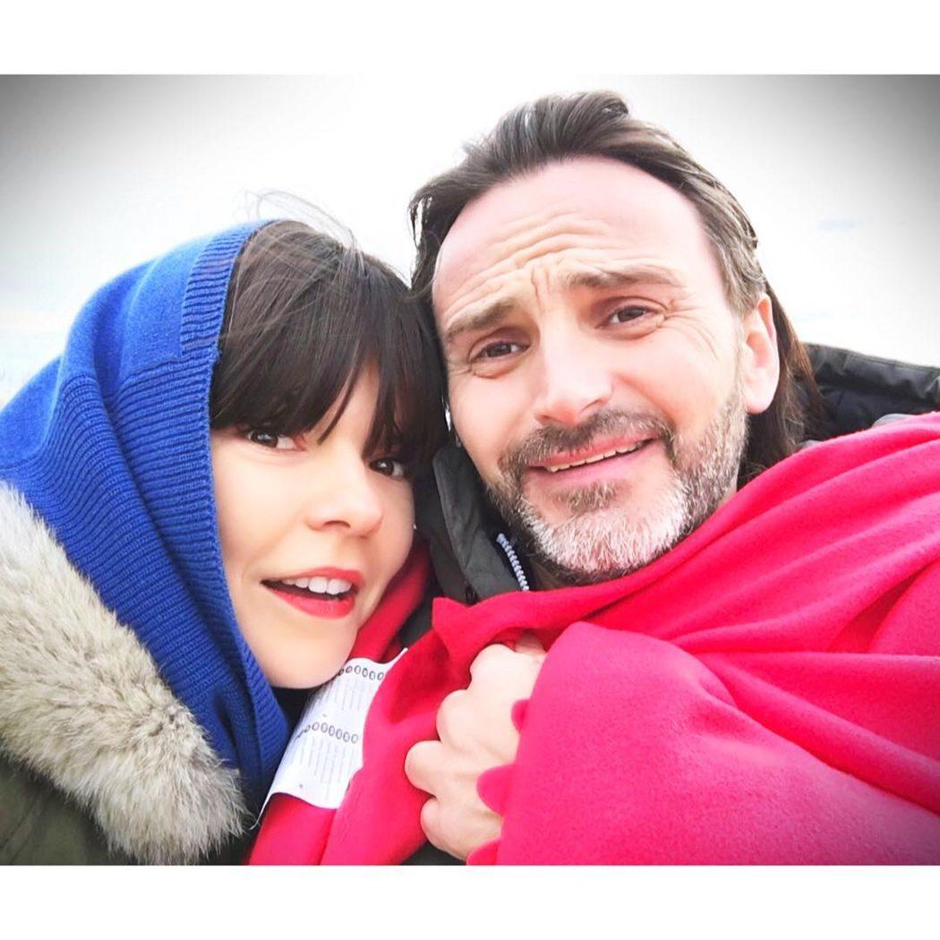 Laura Caballero y Fernando Tejero rodando en exteriores