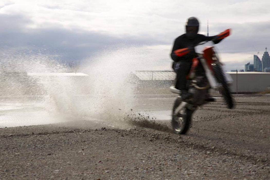 Vin Diesel practicando con la moto