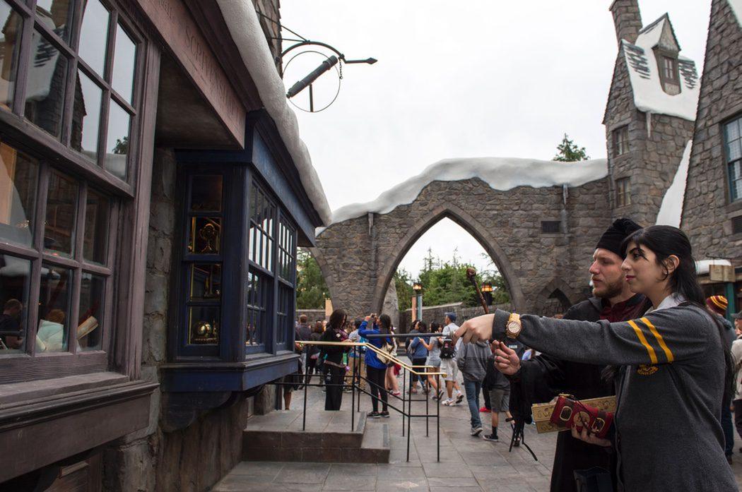 En una tienda de varitas del parque temático de 'Harry Potter'