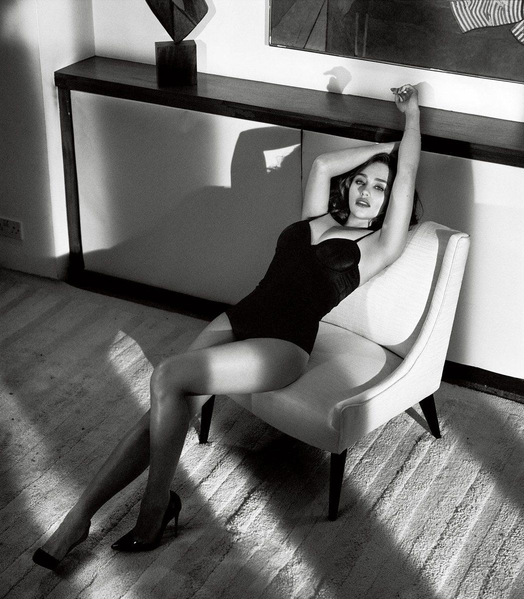Emilia Clarke posando para Esquire