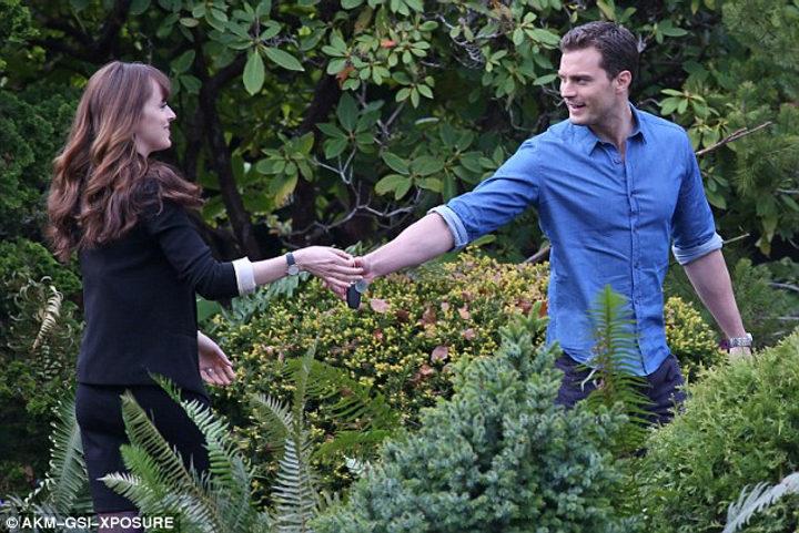 Dakota Johnson y Jamie Dornan se cogen de la mano en el rodaje
