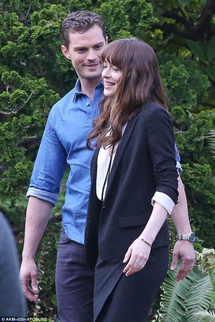 Jamie Dornan sonríe a Dakota Jonson en el rodaje