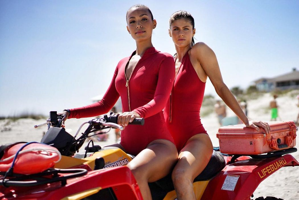 Las nuevas socorristas con sus motos de agua