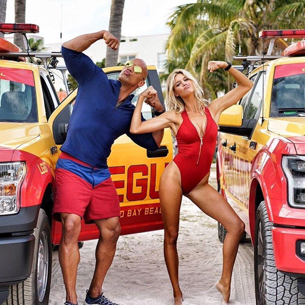 Dwayne Johnson y Kelly Rohrbach en el rodaje de 'Los vigilantes de la playa'