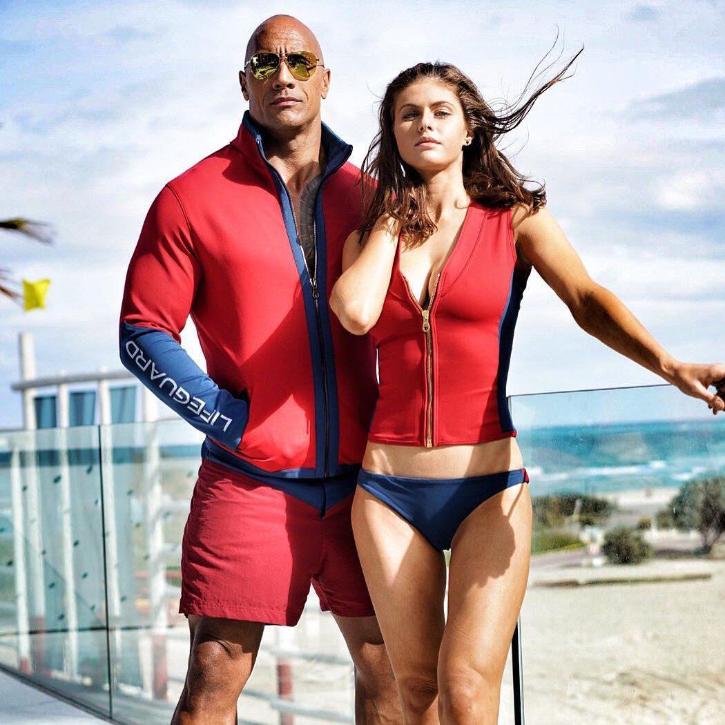 Dwayne Johnson y Alexanna Daddario en el rodaje de 'Los vigilantes de la playa'