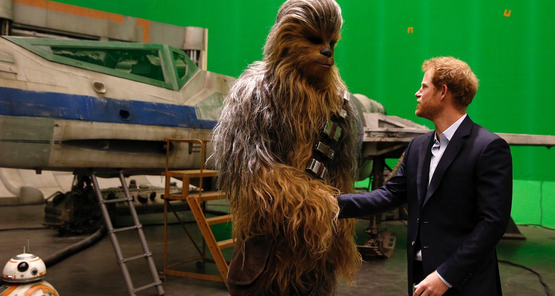 El príncipe Harry saluda a Chewbacca
