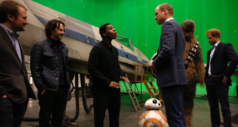 El príncipe William habla con John Boyega, Rian Johnson y BB-8