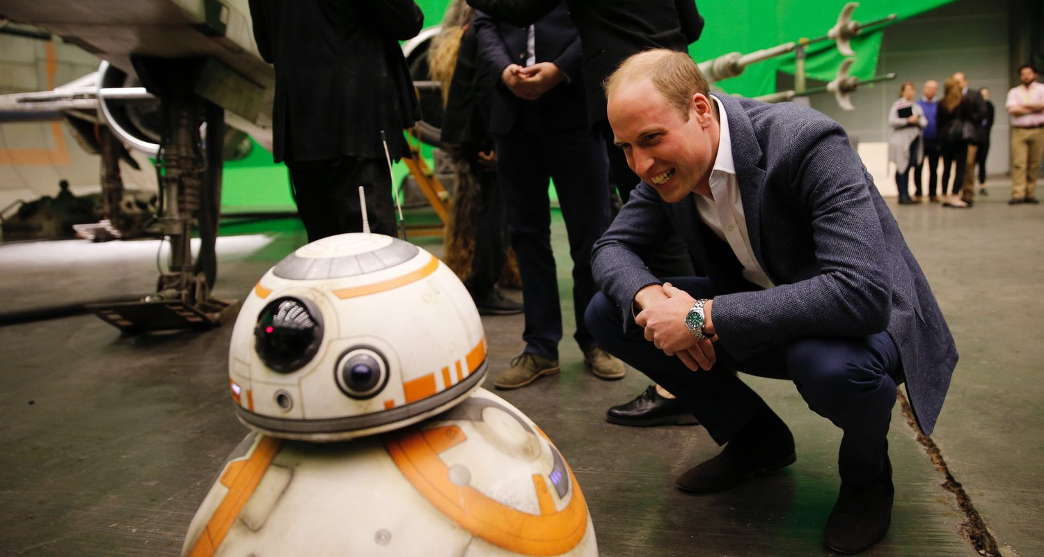 El Duque de Cambridge charla con BB-8