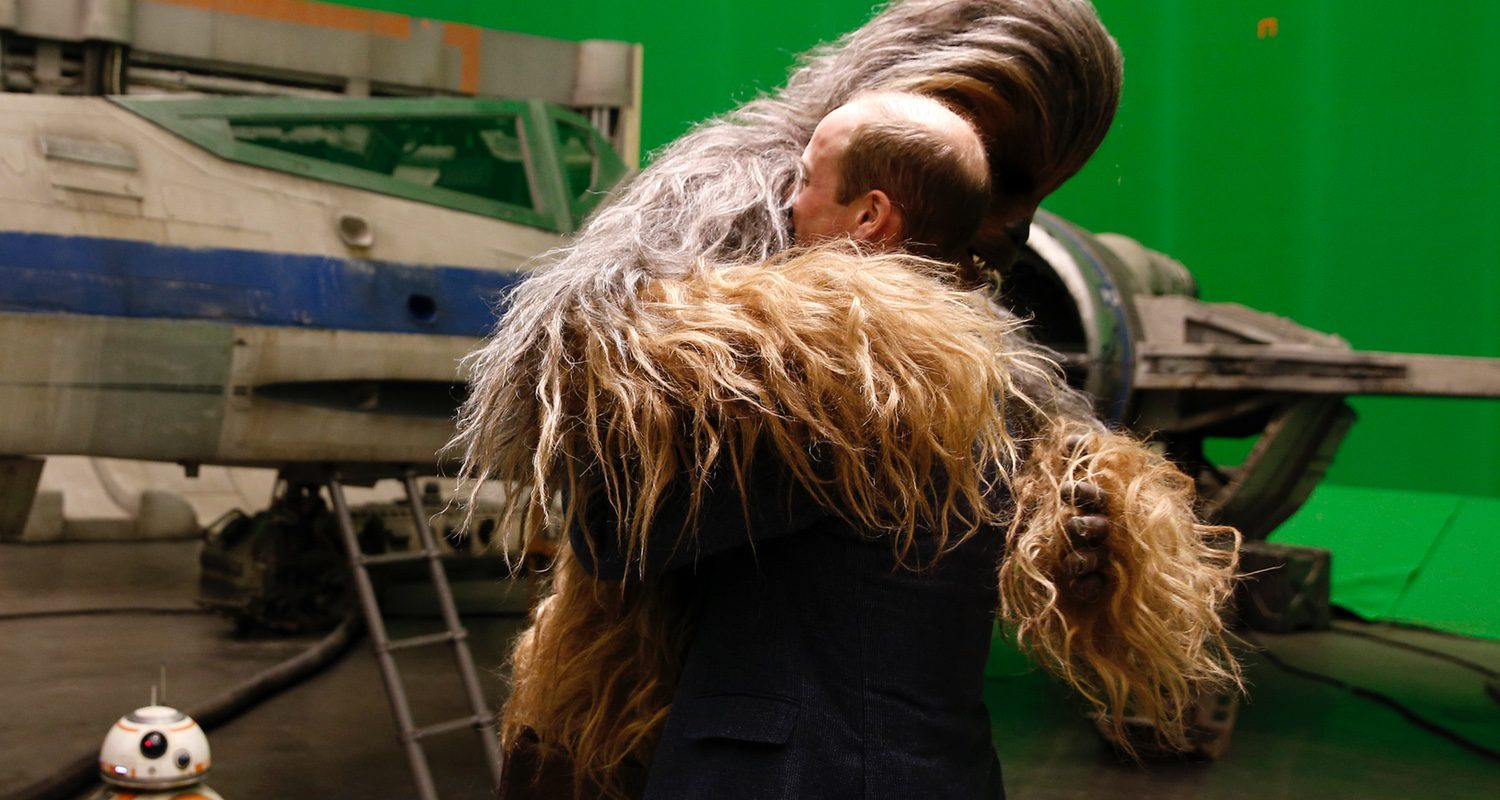 Chewbaca da un peludo abrazo al príncipe William
