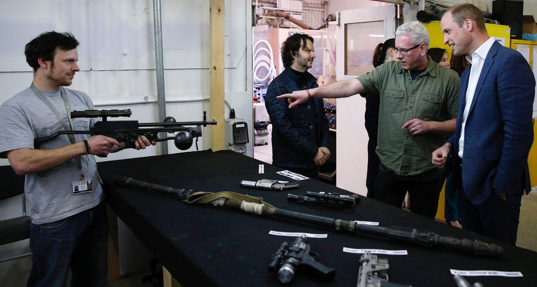 El príncipe William contempla las armas de los Stormtropeers