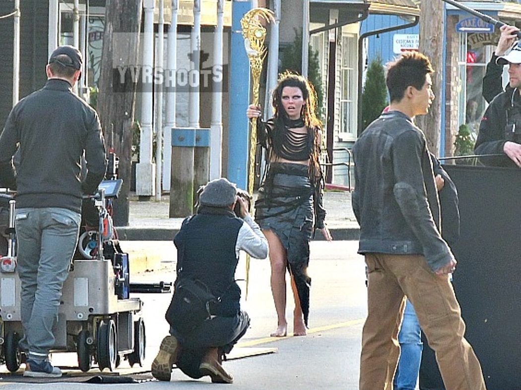 Elizabeth Banks con un vestuario oscuro de Rita Repulsa