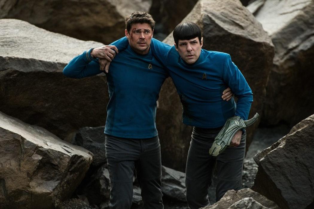 El Dr. Leonard McCoy (Karl Urban) y el señor Spock (Zachary Quinto)