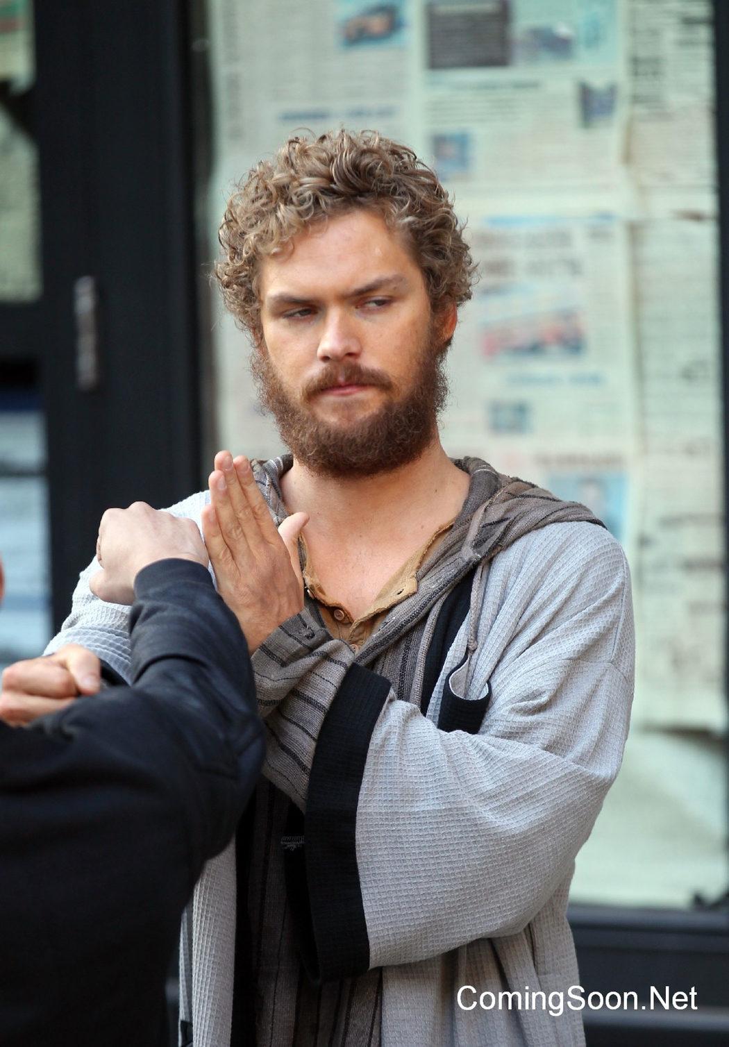 Finn Jones deteniendo un puñetazo en el rodaje de 'Iron Fist'