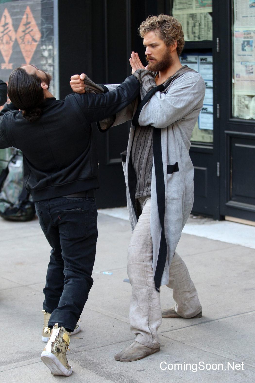 Finn Jones dando un puñetazo a un malvado en el rodaje de 'Iron Fist'