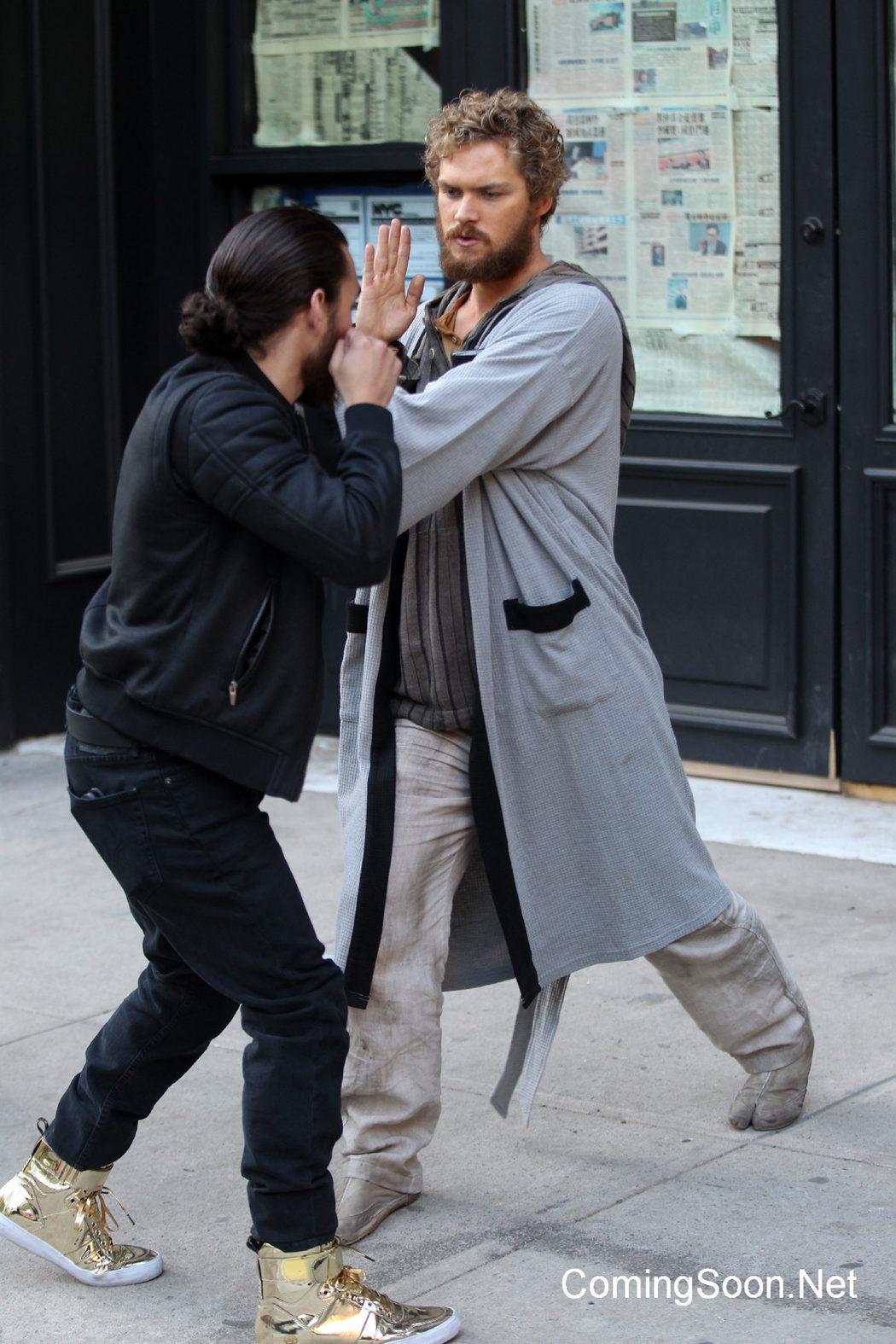 Finn Jones defendiéndose de un agresor en el rodaje de 'Iron Fist'
