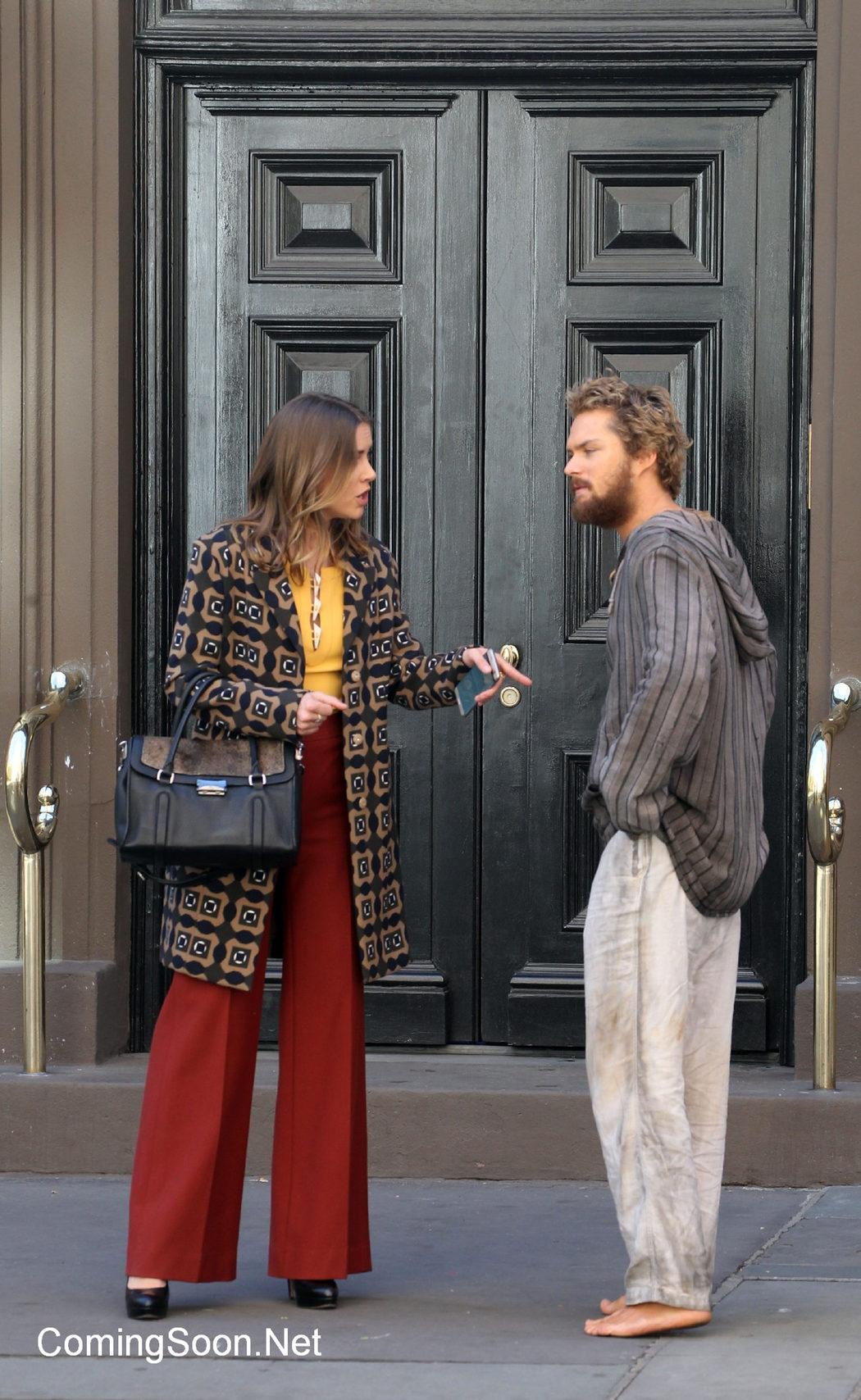 Finn Jones y Jessica Stroup hablando durante el rodaje de 'Iron Fist'