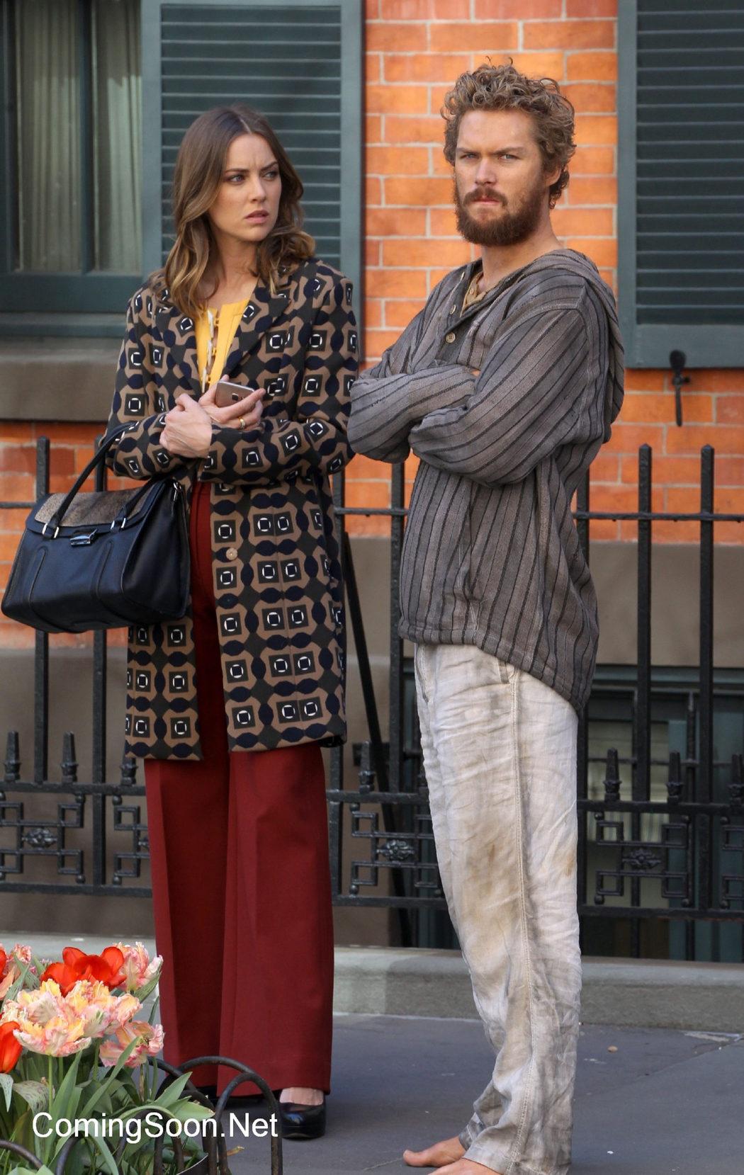 Finn Jones y Jessica Stroup juntos en el rodaje de 'Iron Fist'