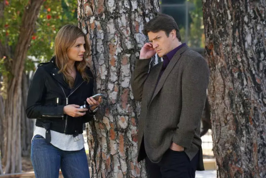 Los protagonistas 'Castle' haciendo una llamada