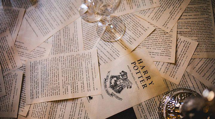 Páginas de los libros como tapetes para las mesas
