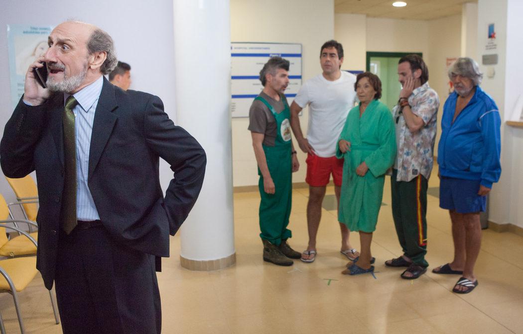 Enrique Pastor junto con los demás vecinos en un hospital en 'LQSA'