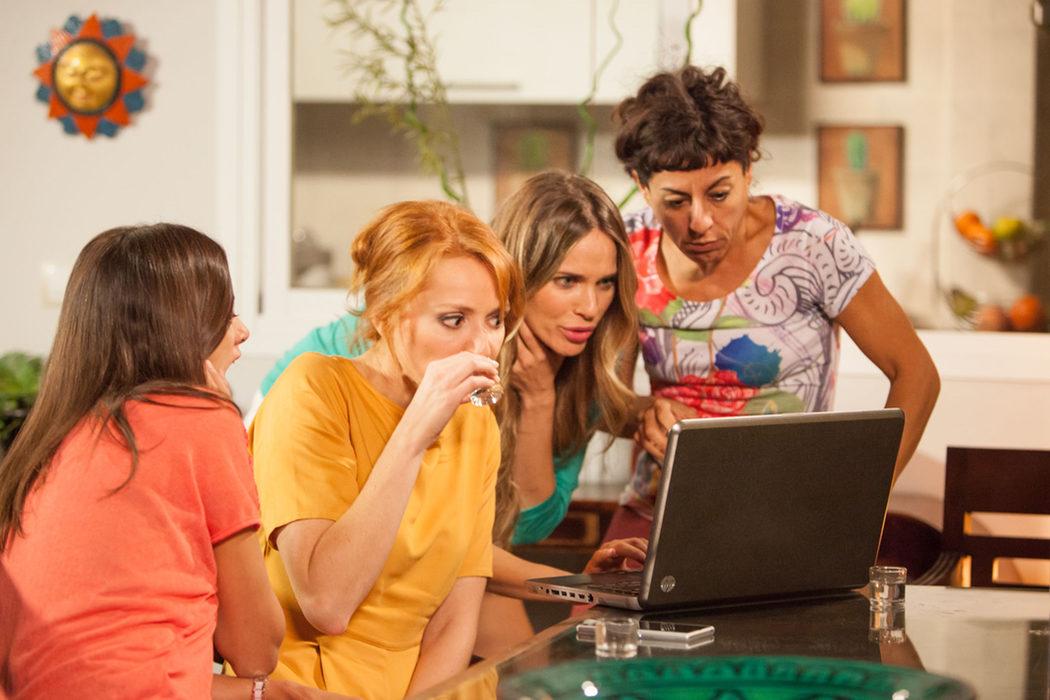 Judith, Raquel, Lola y Nines sorprendidas delante del ordenador en 'LQSA'