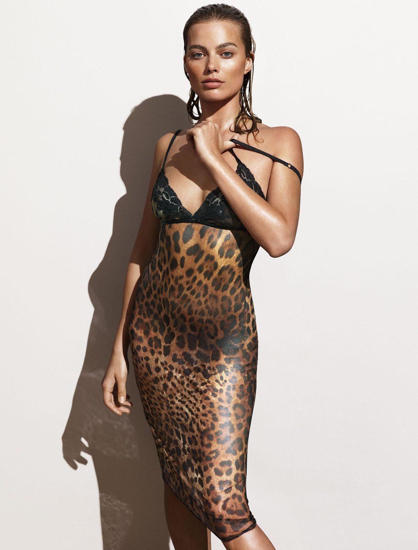 Margot Robbie con un sugerente vestido de leopardo