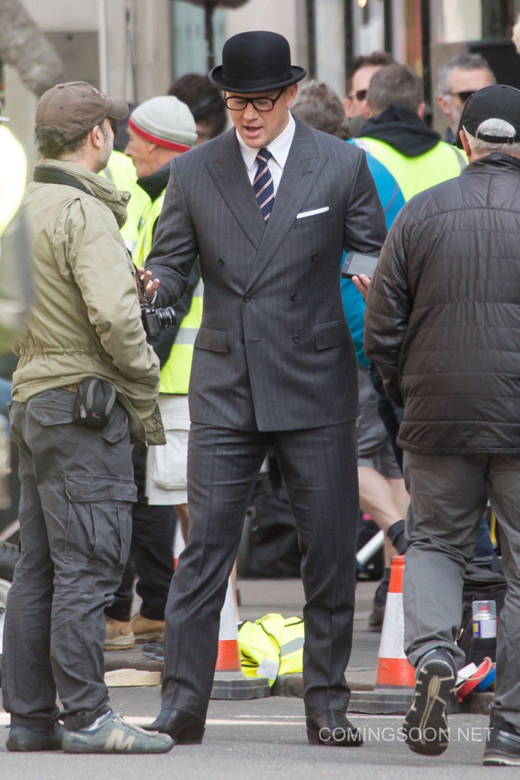 Channing Tatum trajeado como un agente secreto