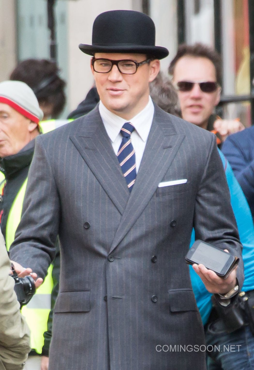 El actor estadounidense con gafas Kingsman y bombín