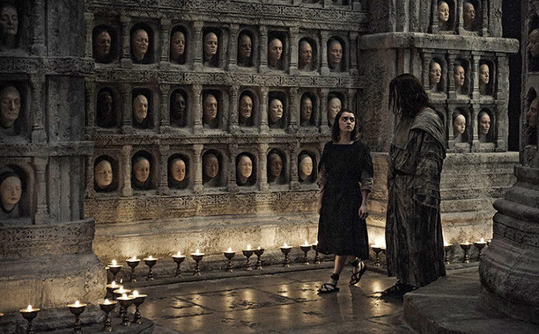Arya con el hombre sin rostro en la Casa Blanco y Negro