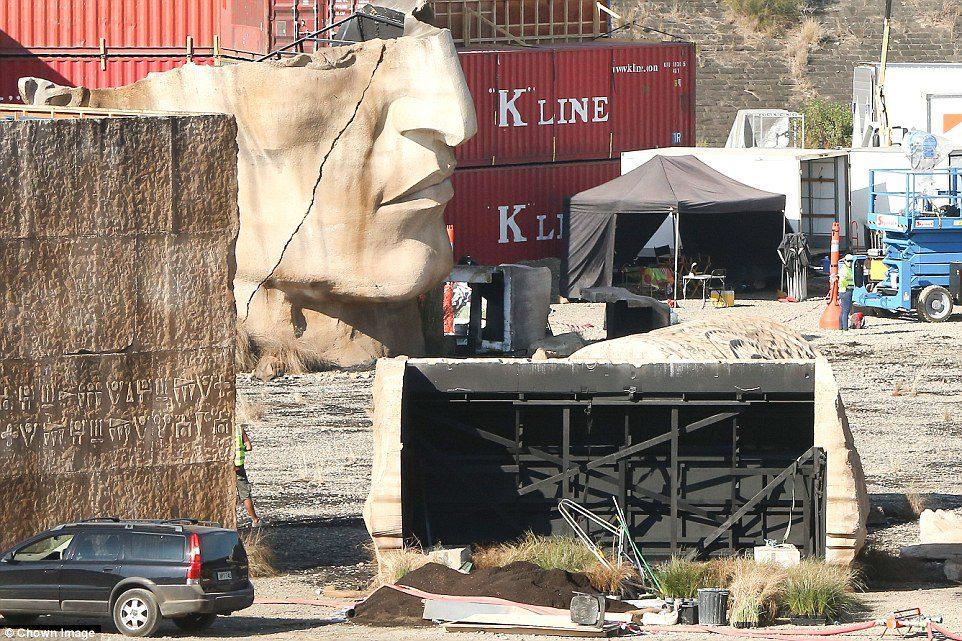 Escultura gigante en el set