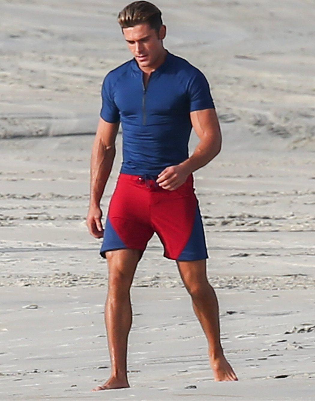 Zac Efron muy mojado con un traje de socorrista muy sexy