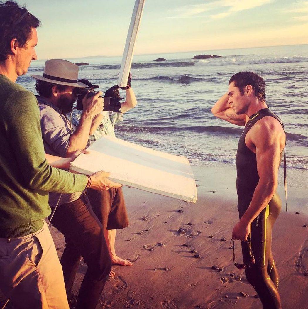 Zac Efron muy mojado posa sexy ante la cámara