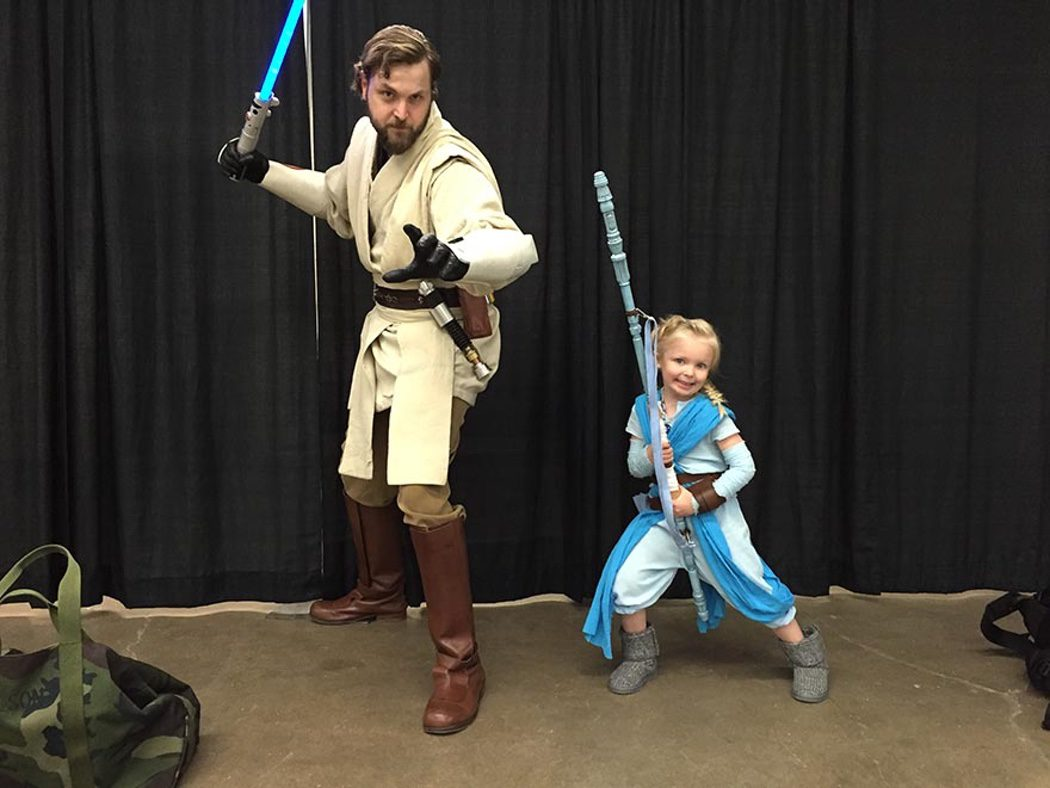 Niña realiza un cosplay de Elsa ('Frozen') y Rey ('Star Wars')