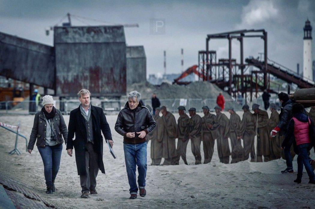 Christopher Nolan en el rodaje de 'Dunkirk' con varios actores