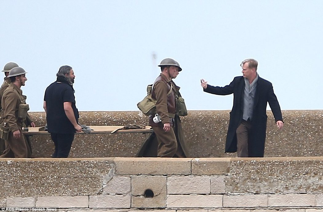 Christopher Nolan dirigiendo a un grupo de extras en 'Dunkirk'