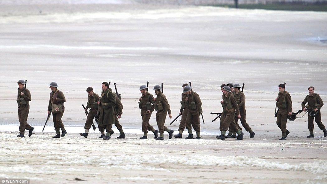 Extras de 'Dunkirk' realizan una escena uniformados