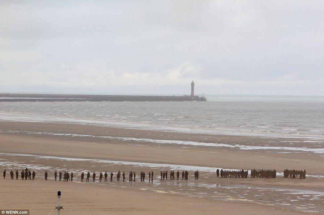 Extras de 'Dunkirk' en una escena en la playa