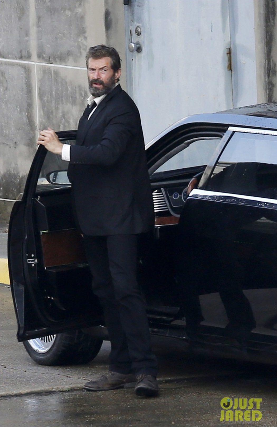 Hugh Jackman sale de un coche en el rodaje de 'Lobezno 3'